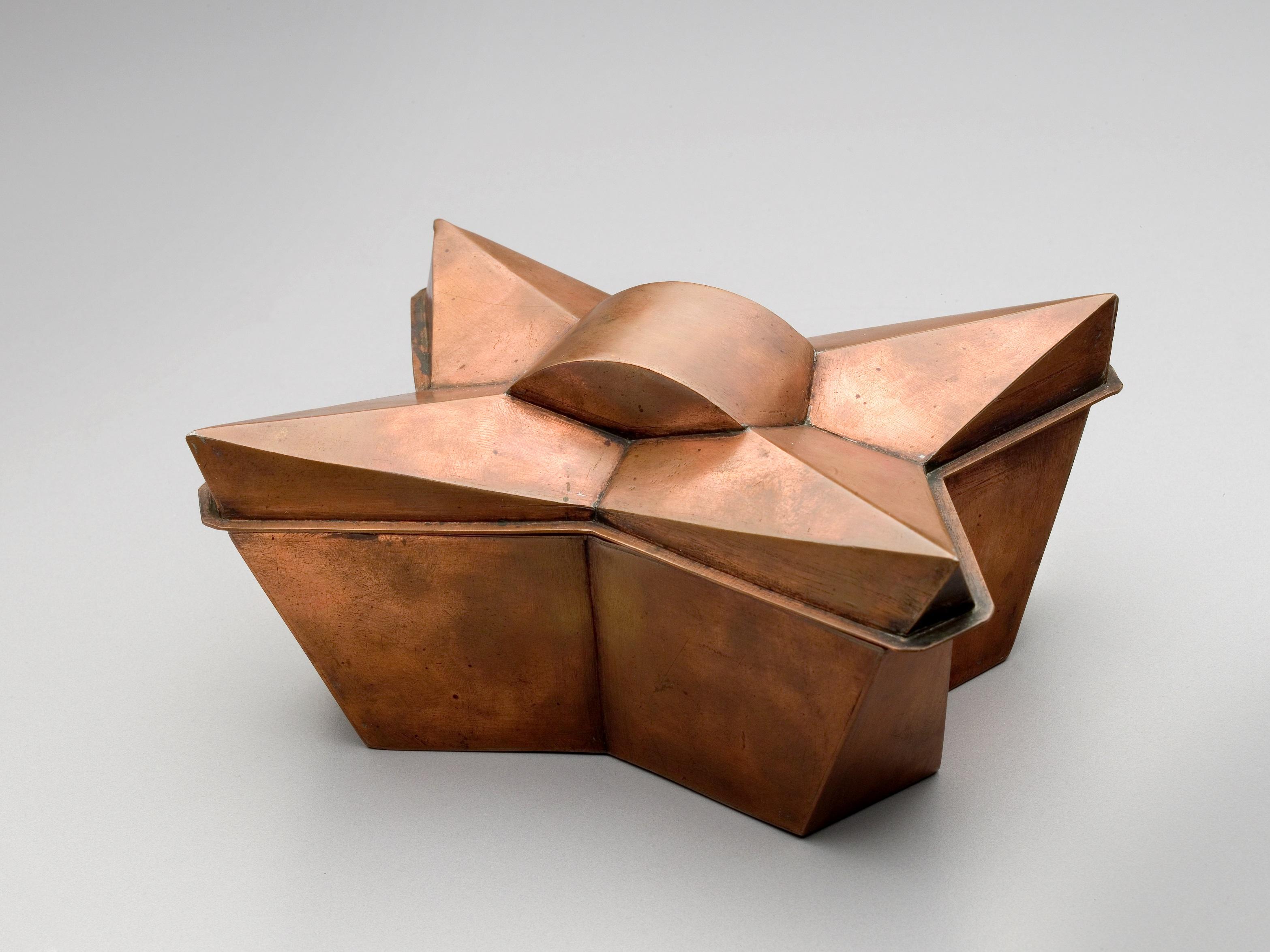 tschechischer kubismus im stilvollen interieur des hauses zur schwarzen mutter gottes. Black Bedroom Furniture Sets. Home Design Ideas